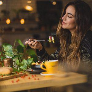 chica-restaurante